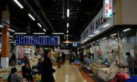 sweep!! 宮古市魚菜市場を歩くあなたは、スウィープのシャツでした。