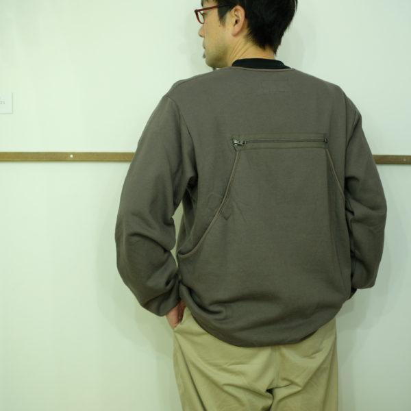 男のKELEN 背中に袋があるシャツ