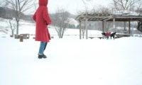 雪を歩いて、KELENの春物をチェック。