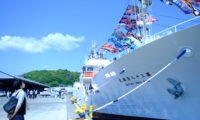 快晴の宮古港。第三十八清福丸の大漁旗がはためく海風と快晴堂のTシャツ。