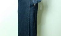 球場で待ち合わせる、TRAVAIL MANUEL。ストレッチデニムのイージーラップスカート。