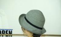 街路樹を見上げて、HIGHERの帽子で歩く東京。